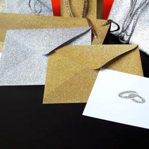 Névjegy arany- vagy ezüstglitteres boríték